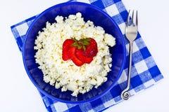 Διακοσμημένη με χάντρες στάρπη τυριών εξοχικών σπιτιών εγχώριου διαιτητικού λίπους με τη φράουλα Στοκ φωτογραφίες με δικαίωμα ελεύθερης χρήσης