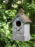 Διακοσμημένη πίστη birdhouse ένωση στον κήπο στοκ φωτογραφίες