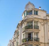 Διακοσμημένη πρόσοψη ενός ιστορικού σπιτιού στη Νίκαια, Γαλλία Μπορείτε να δείτε τα χαρακτηριστικά παράθυρα, τα μπαλκόνια και τα  στοκ εικόνες με δικαίωμα ελεύθερης χρήσης