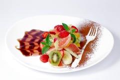 Διακοσμημένη σαλάτα φρούτων στο ωοειδές πιάτο στοκ εικόνα