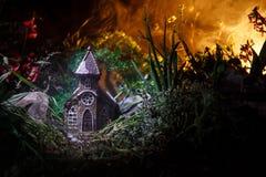 Διακοσμημένη φαντασία φωτογραφία Μικρό όμορφο σπίτι στη χλόη με το φως Παλαιό σπίτι στο δάσος τη νύχτα με το φεγγάρι Εκλεκτική εσ Στοκ εικόνες με δικαίωμα ελεύθερης χρήσης