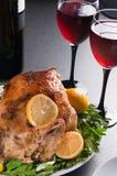 Διακοσμημένη ψημένη Τουρκία διακοσμημένο στο διακοπές πίνακα με τα ποτήρια του κόκκινου κρασιού Στοκ Εικόνες