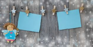 Διακοσμημένη clothespins ένωση στο μήνυμα χαιρετισμού σχοινιών με λίγη νεράιδα Χριστουγέννων Στοκ Εικόνες