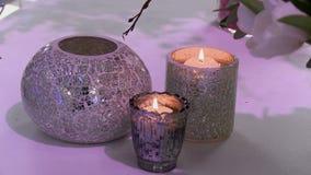 Διακοσμημένοι κάτοχοι κεριών ως εσωτερικά στοιχεία φιλμ μικρού μήκους