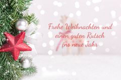 Διακοσμημένοι Χριστούγεννα κλάδοι έλατου με το θολωμένους τάρανδο και το υπόβαθρο ελεύθερη απεικόνιση δικαιώματος