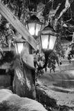 Διακοσμημένος λαμπτήρας οδών στη χιονώδη νύχτα Στοκ Εικόνες