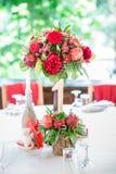 Διακοσμημένος αριθμός ένας με τα λουλούδια και τα μήλα στον πίνακα Στοκ Φωτογραφία