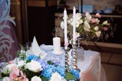 Διακοσμημένος γάμος πίνακας με τα κεριά και σαμπάνια στο tenderly ανοικτό μπλε ύφος Στοκ φωτογραφία με δικαίωμα ελεύθερης χρήσης