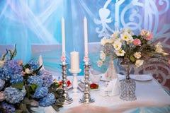 Διακοσμημένος γάμος πίνακας με τα κεριά και σαμπάνια στο tenderly ανοικτό μπλε ύφος Στοκ Εικόνες