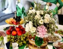 Διακοσμημένος γάμος πίνακας με τα λουλούδια και τα φρούτα Στοκ Εικόνα