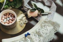 Διακοσμημένος γάμος bouqet κοντά garter και τη μπουτονιέρα Στοκ Εικόνες