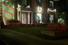 Διακοσμημένος για την είσοδο σπιτιών Χριστουγέννων λευκό απομόνωσης ντεκόρ Χριστουγέννων Χειμώνας στοκ φωτογραφία με δικαίωμα ελεύθερης χρήσης