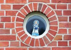 Διακοσμημένος γύρω από το παράθυρο με την μπλε κούκλα με το ψαλίδι και το ράψιμο τ στοκ εικόνα με δικαίωμα ελεύθερης χρήσης