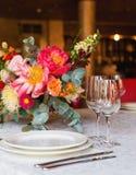 Διακοσμημένος πίνακας, βάζα των λουλουδιών κλείστε επάνω γάμος σκαλοπατιών πορτρέτου φορεμάτων έννοιας νυφών Στοκ εικόνες με δικαίωμα ελεύθερης χρήσης