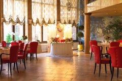 Διακοσμημένος πίνακας, βάζα των λουλουδιών κλείστε επάνω γάμος σκαλοπατιών πορτρέτου φορεμάτων έννοιας νυφών Στοκ Φωτογραφία