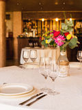 Διακοσμημένος πίνακας, βάζα των λουλουδιών κλείστε επάνω γάμος σκαλοπατιών πορτρέτου φορεμάτων έννοιας νυφών Στοκ Φωτογραφίες