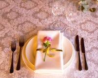 Διακοσμημένος πίνακας, βάζα των λουλουδιών κλείστε επάνω γάμος σκαλοπατιών πορτρέτου φορεμάτων έννοιας νυφών Στοκ φωτογραφία με δικαίωμα ελεύθερης χρήσης
