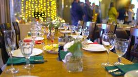 Διακοσμημένος πίνακας για ένα γαμήλιο γεύμα Κομψοί πίνακες συμποσίου που προετοιμάζονται για μια διάσκεψη ή ένα κόμμα, πίνακας συ φιλμ μικρού μήκους