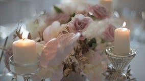 Διακοσμημένος πίνακας για ένα γαμήλιο γεύμα με το κάψιμο των κεριών απόθεμα βίντεο