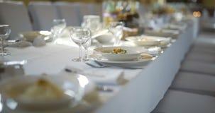 Διακοσμημένος πίνακας για την πολυτέλεια, κομψό γεύμα, ρωμανικό υπόβαθρο γευμάτων απόθεμα βίντεο