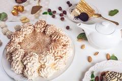 Διακοσμημένος πίνακας επιδορπίων όπου το κέικ με τη μαρέγκα, βαλμένα σε στρώσεις κομμάτια του κέικ Ρύθμιση των εύγευστων γλυκών,  στοκ εικόνα