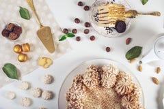 Διακοσμημένος πίνακας επιδορπίων όπου το κέικ με τη μαρέγκα, βαλμένα σε στρώσεις κομμάτια του κέικ Ρύθμιση των εύγευστων γλυκών,  στοκ φωτογραφίες με δικαίωμα ελεύθερης χρήσης