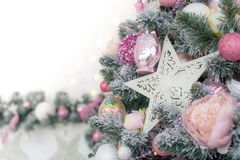 Διακοσμημένος σε ένα ρόδινο χριστουγεννιάτικο δέντρο σε ένα θολωμένο, λαμπιρίζοντας και μυθικό υπόβαθρο στοκ φωτογραφίες με δικαίωμα ελεύθερης χρήσης