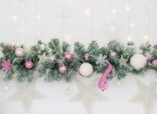 Διακοσμημένος σε ένα ρόδινο χριστουγεννιάτικο δέντρο σε ένα θολωμένο, λαμπιρίζοντας και μυθικό υπόβαθρο στοκ εικόνες