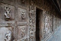Διακοσμημένος τοίχος στο μοναστήρι Shwenandaw στο Mandalay Στοκ εικόνες με δικαίωμα ελεύθερης χρήσης