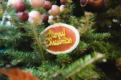 """Διακοσμημένος του χριστουγεννιάτικου δέντρου με """"παντρεψτε την ετικέτα των Χριστουγέννων στοκ φωτογραφία"""