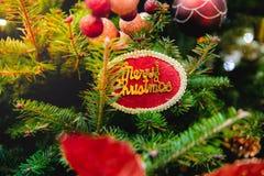 """Διακοσμημένος του χριστουγεννιάτικου δέντρου με """"παντρεψτε την ετικέτα των Χριστουγέννων στοκ φωτογραφίες"""