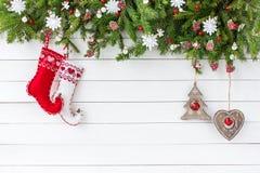 Διακοσμημένο δέντρο έλατου Χριστουγέννων, κάλτσες Χριστουγέννων στο άσπρο ξύλινο υπόβαθρο πινάκων Τοπ άποψη, διάστημα αντιγράφων Στοκ Εικόνες