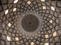 Διακοσμημένο ανώτατο όριο μέσα του παραδοσιακού περσικού σπιτιού Borujerdi, Kashan Ιράν Στοκ Φωτογραφίες