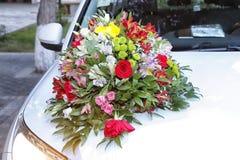 Διακοσμημένο γαμήλιο αυτοκίνητο Γαμήλια διακόσμηση στο γαμήλιο αυτοκίνητο Γαμήλιο αυτοκίνητο πολυτέλειας που διακοσμείται με τα λ στοκ εικόνες με δικαίωμα ελεύθερης χρήσης