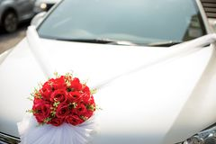 Διακοσμημένο γαμήλιο αυτοκίνητο Γαμήλια διακόσμηση στο γαμήλιο αυτοκίνητο Γαμήλιο αυτοκίνητο πολυτέλειας που διακοσμείται με τα λ Στοκ Φωτογραφία
