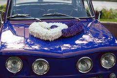 Διακοσμημένο γαμήλιο αυτοκίνητο Στοκ Φωτογραφίες