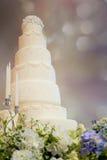 Διακοσμημένο γαμήλιο κέικ στην αίθουσα χορού πολυτέλειας Στοκ Εικόνες