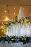 Διακοσμημένο γαμήλιο κέικ στην αίθουσα χορού πολυτέλειας Στοκ εικόνα με δικαίωμα ελεύθερης χρήσης
