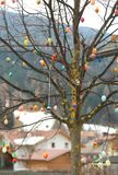 Διακοσμημένο δέντρο με τα σκληρός-βρασμένα αυγά που χρωματίζονται ως αυστριακό traditi Στοκ φωτογραφία με δικαίωμα ελεύθερης χρήσης