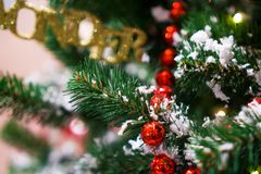 Διακοσμημένο δέντρο Chrismas, πεύκο, νέο έτος 2019, κινηματογράφηση σε πρώτο πλάνο chrismas lighs στοκ εικόνες