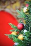 Διακοσμημένο δέντρο Christmass σε ένα κόκκινο κλίμα Στοκ Εικόνες