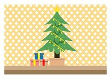 Διακοσμημένο δωμάτιο Χριστουγέννων Εσωτερικές διακοσμήσεις χειμερινών διακοπών, πολυθρόνα κοντά στην εστία και χριστουγεννιάτικο  στοκ εικόνες με δικαίωμα ελεύθερης χρήσης