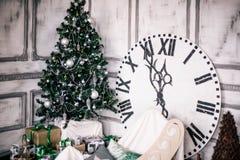 Διακοσμημένο δωμάτιο Χριστουγέννων με το όμορφο δέντρο έλατου, νέο υπόβαθρο έτους Στοκ Φωτογραφίες