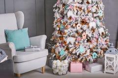 Διακοσμημένο δωμάτιο Χριστουγέννων με το όμορφο δέντρο έλατου Στοκ Εικόνες