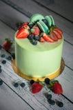 Διακοσμημένο κέικ με τα μούρα και macaroon Στοκ φωτογραφία με δικαίωμα ελεύθερης χρήσης
