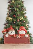 Διακοσμημένο και θολωμένο κόκκινο πιάτο χριστουγεννιάτικων δέντρων andt με το χιονάνθρωπο στοκ εικόνα με δικαίωμα ελεύθερης χρήσης