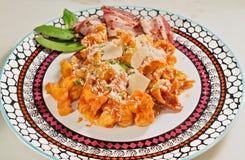 Διακοσμημένο κεραμικό πιάτο με το σπιτικό all'Amatriciana tortellini Φύλλο κόλπων και μπέϊκον Στοκ φωτογραφίες με δικαίωμα ελεύθερης χρήσης