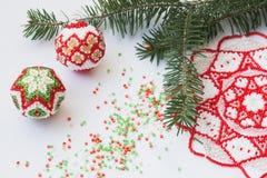 Διακοσμημένο με χάντρες ντεκόρ Χριστουγέννων στην άσπρη επιφάνεια Στοκ φωτογραφία με δικαίωμα ελεύθερης χρήσης