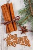 Διακοσμημένο μελόψωμο, κομψοί κλάδοι, καρυκεύματα στο παλαιό ξύλινο υπόβαθρο, διακόσμηση Χριστουγέννων Στοκ εικόνες με δικαίωμα ελεύθερης χρήσης