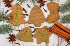 Διακοσμημένο μελόψωμο, κομψοί κλάδοι, καρυκεύματα στο παλαιό ξύλινο υπόβαθρο, διακόσμηση Χριστουγέννων Στοκ εικόνα με δικαίωμα ελεύθερης χρήσης